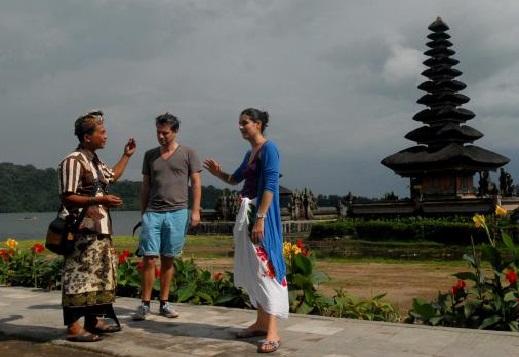Contoh Percakapan Turis Dengan Pemandu Wisata